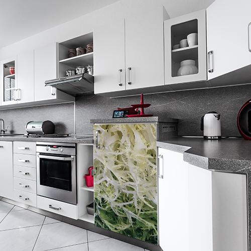 Petit frigo moderne décoré avec un autocollant salade frisée