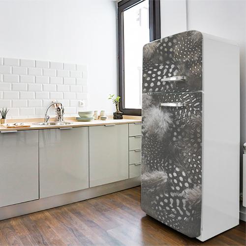 Grand frigo blanc décoré avec un sticker décoratif duvet de plumes noir et blanches