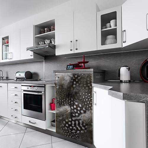 Cuisine moderne tout équipée avec un petit frigo décoré par un sticker autocollant duvet de plumes