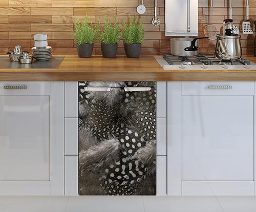 Lave vaisselle décoré grâce à un sticker pour petit frigo duvet de plumes adapté