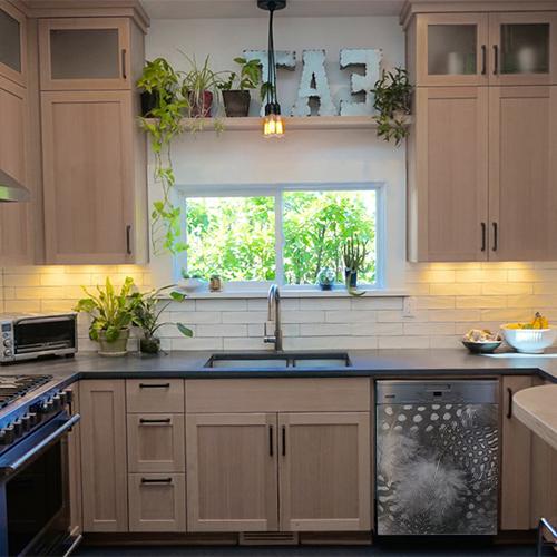 Lave vaisselle classique décoré avec un sicker plumes d'oiseau