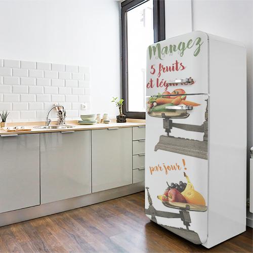 Sticker décoratif citation fruits et légumes collé sur un grand frigo blanc