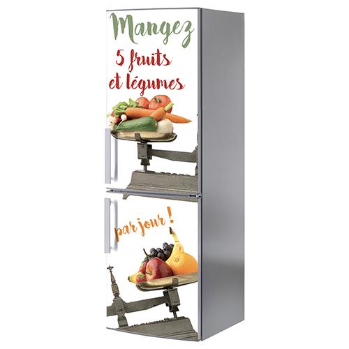Grand frigo classique orné d'un sticker adhésif fruits et légumes