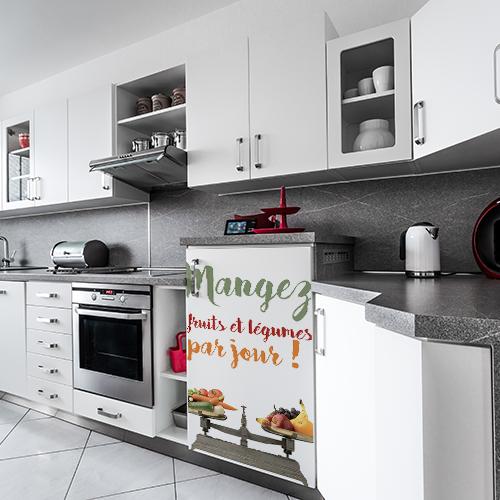 Petit frigo moderne orné d'un sticker citation 5 fruits et légumes