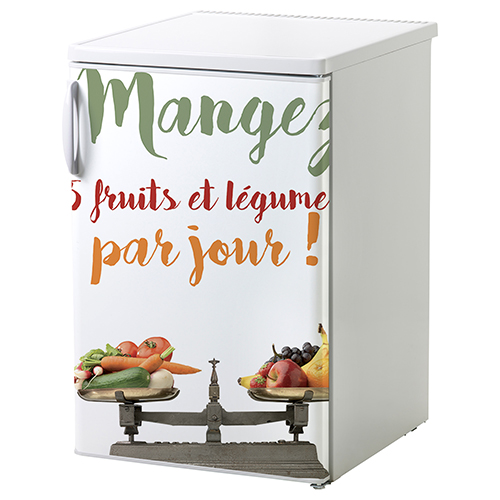 Sticker 5 fruits et légumes collé sur un petit frigo blanc