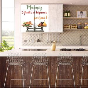 Cuisine de luxe avec une porte de placard orné d'un sticker coquelicot