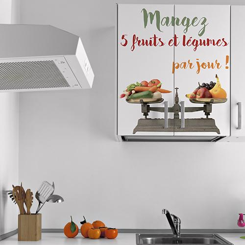 Porte de placard décoré avec un sticker décoratif 5 fruits et légumes