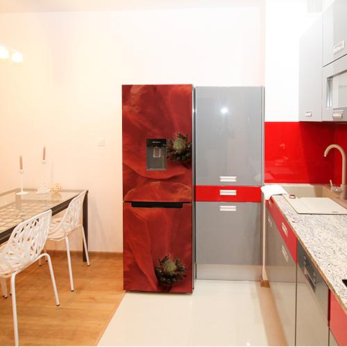 Grand frigo décoratif avec un sticker coquelicot rouge collé sur la porte