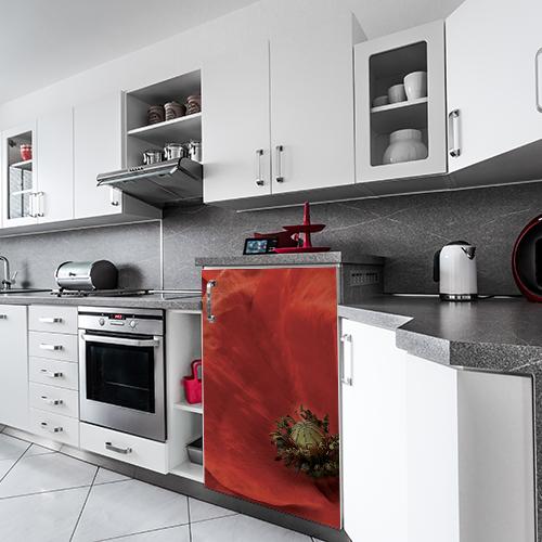 Cuisine moderne avec un petit frigo orné d'un sticker coquelicot rouge