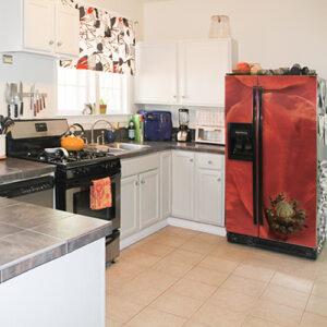 Grand frigo américain décoré avec un sticker autocollant rouge coquelicot