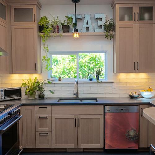 Cuisine moderne avec un lave vaisselle décoré par un coquelicot rouge autocollant