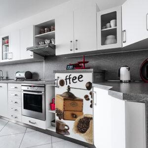 Cuisine moderne avec un petit frigo décoré par un sticker Grains de café
