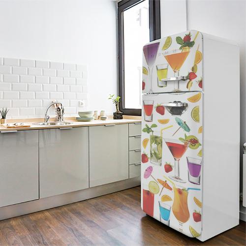 Grand frigo blanc orné d'une mosaïque de cocktails