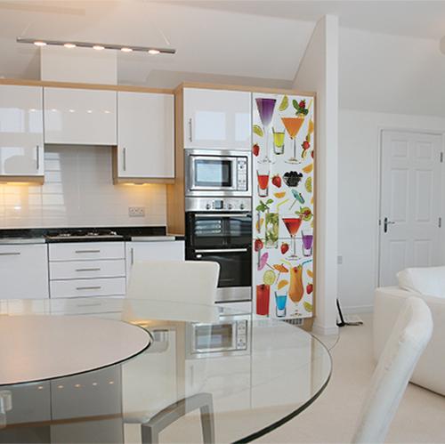 Grande cuisine avec un grand frigo orné d'un sticker représentant de multiples cocktails