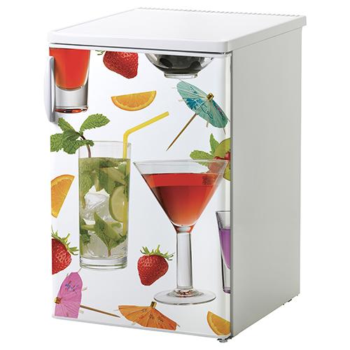 Petit frigo classique blanc orné d'un sticker décoratif cocktail