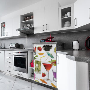 Cuisine moderne avec un sticker autocollant cocktail collé sur le frigo