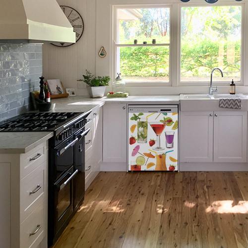 Lave vaisselle blanc orné d'un sticker adhésif cocktail