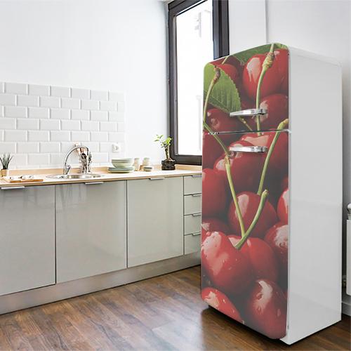 Grand frigo blanc orné d'un sticker autocollant cerises rouges