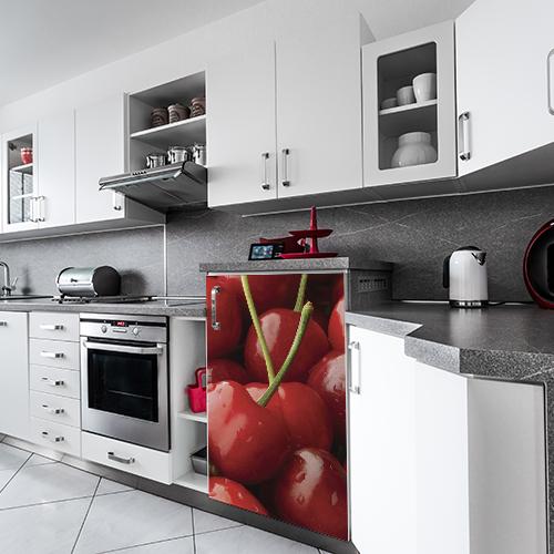 Sticker autocollant modèle cerises rouges posé sur un petit frigo moderne