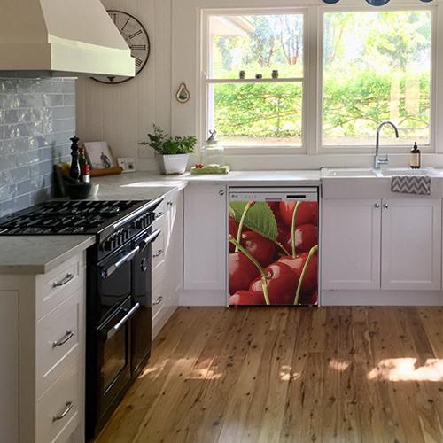 Lave vaisselle classique décoré avec un sticker rouge représentant des cerises