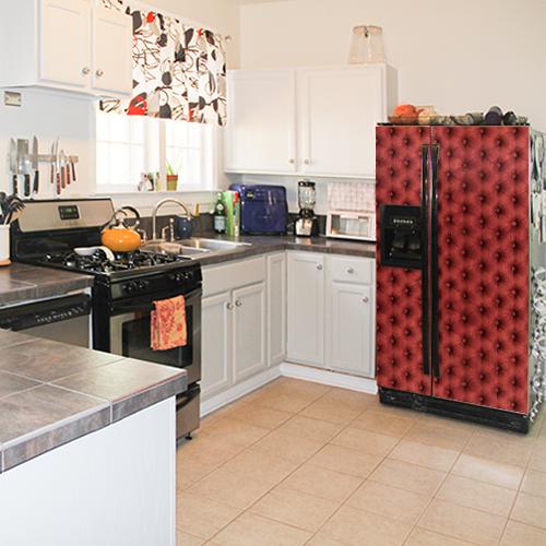Frigo américain classe et moderne décoré par un sticker autocollant décoratif imitation capiton rouge