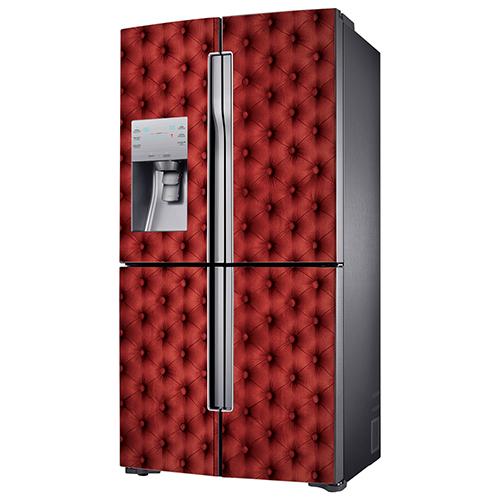 Sticker décoratif rouge imitation capiton collé sur un frigo américain