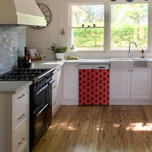 Autocollant décoratif imitation capiton rouge collé sur un lave vaisselle