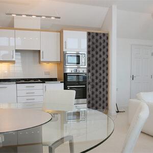 Cuisine classe et spacieuse avec un grand frigo décoré par un sticker capiton gris