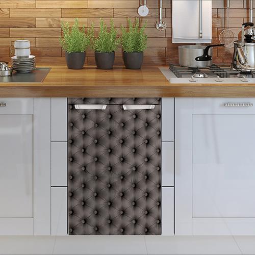 Sticker pour petit frigo modèle capiton gris collé sur un lave vaisselle