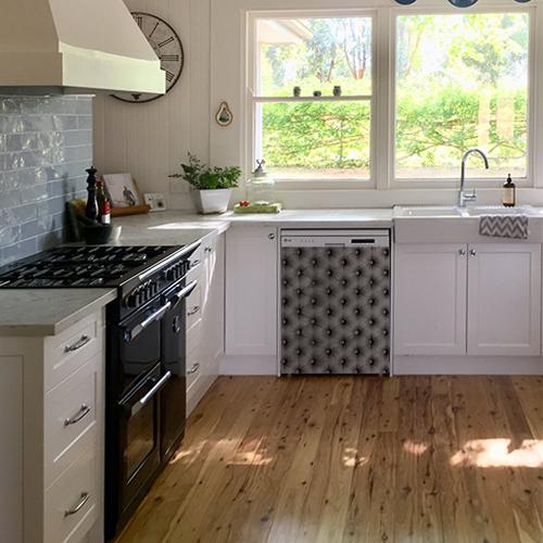 Lave vaisselle standard décoré avec un autocollant imitation capiton gris