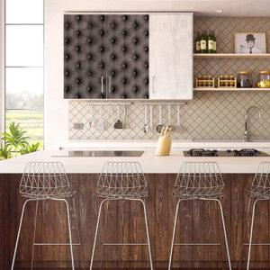 Placard de cuisine blanc orné d'un sticker décoratif modèle capiton gris