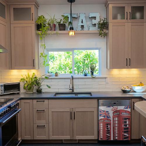 Cuisine moderne équipée d'un lave vaisselle décoré avec un sticker cabine Londres