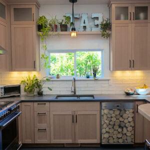 Sticker décoratif petites buches de bois collé au lave vaisselle d'une cuisine élégante