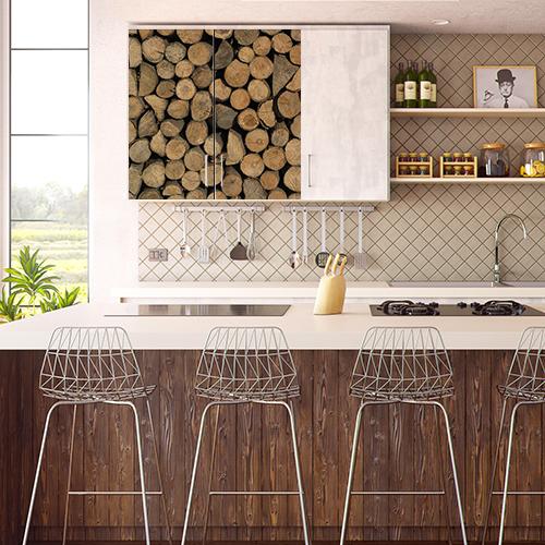Cuisine moderne avec un sticker décoration petites buches sur les portes du meuble mural