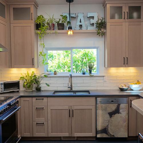 Cuisine moderne en bois avec un lave vaisselle orné d'un sticker autocollant imitant des buches de bois