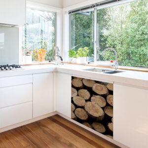 Cuisine standard avec un meuble orné d'un sticker imitation buches en bois
