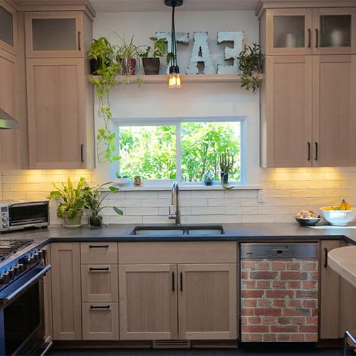Autocollant adhésif imitation brique rouge collé sur le lave vaisselle d'une cuisine classe