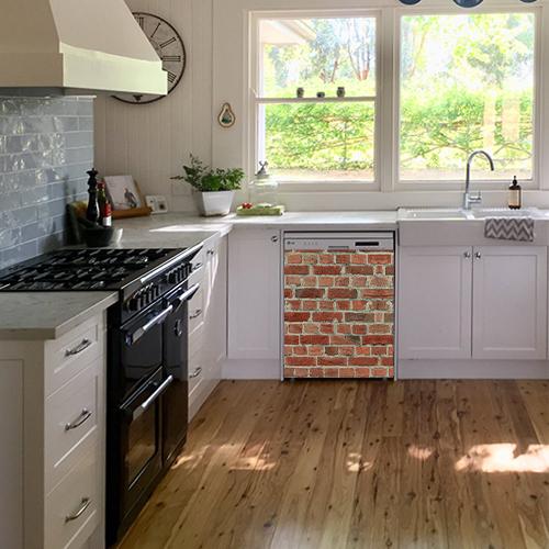 Lave vaisselle d'une cuisine classique orné d'un sticker autocollant imitant un mur de briques rouges