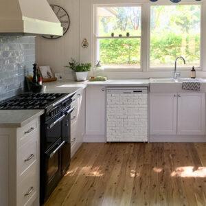 Sticker autocollant imitation brique blanche collé sur un lave vaisselle dans une cuisine classique blanche