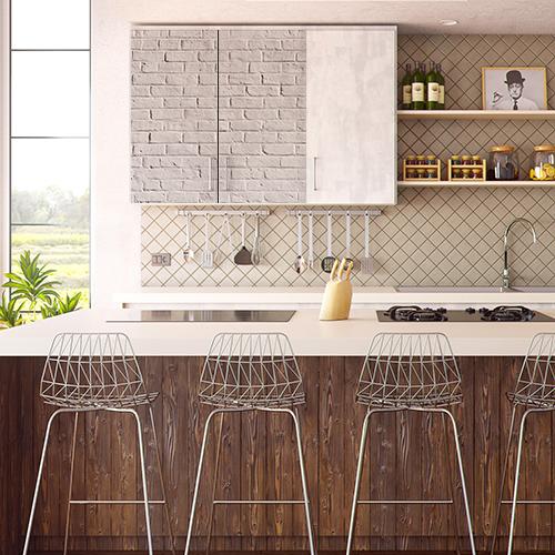 Cuisine moderne avec un sticker déco imitation brique grise collé sur le placard mural