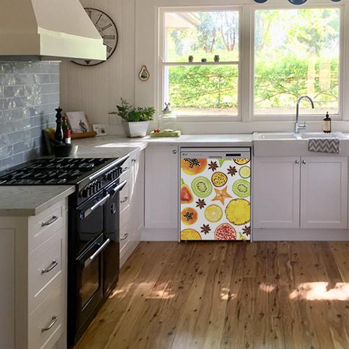 Sticker décoratif motif FRUITS EXOTIQUES collé sur le lave vaisselle d'une cuisine blanche