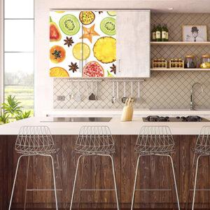 Cuisine moderne avec un sticker déco autocollant FRUITS EXOTIQUES collé sur les portes d'un placard