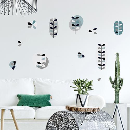 Décoration d'un salon scandinave avec des adhésifs fleurs nordiques dans les tons bleu et gris