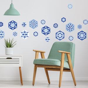 """Exemple d'agencement des stickers """"hexagones pliages bleus"""" sur mur de salon"""