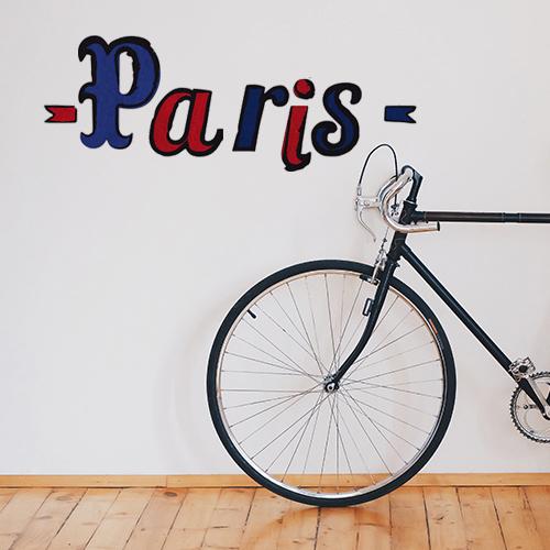 Jolies entrée d'appartement personnalisée avec les lettres adhésives déco PARIS en bleu et rouge.