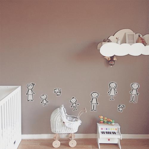 """Autocollant mural """"famille bonhomme"""" dans chambre de nourisson"""