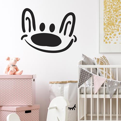 """Sticker """"dessus de porte chien souriant"""" sur mur de chambre d'enfant"""