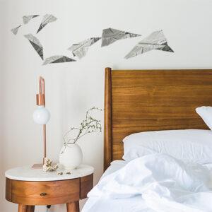"""Autocollants """"avion en papier"""" sur tête de lit"""