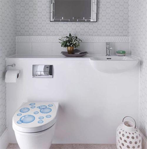 WC blanc orné d'un sticker décoratif adhésif motif bulles d'eau
