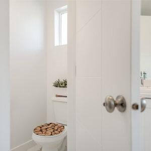 Buches coupées adaptées en sticker collées sur un abattant de WC